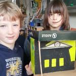 Paul & Tilman bauen ein Modell vom Oberkasseler Bahnhof